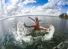 El adolescente que salta en el río Imagen de archivo libre de regalías
