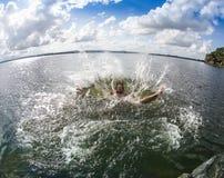 El adolescente que salta en el río Fotos de archivo libres de regalías