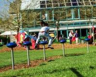 El adolescente que salta en patio del niño Fotografía de archivo