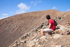 El adolescente que se reclina, va de excursión para arriba la caldera Fotografía de archivo