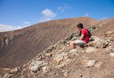 El adolescente que se reclina, va de excursión para arriba la caldera Imágenes de archivo libres de regalías