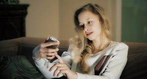 El adolescente que toma la foto del selfie, los medios sociales rompe Fotografía de archivo