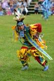 El adolescente realiza danza nativa tradicional Imagen de archivo libre de regalías
