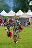 El adolescente realiza danza nativa tradicional Foto de archivo