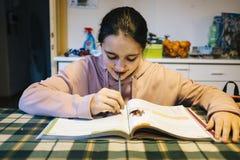 El adolescente realiza la preparación en la cocina casera Imagen de archivo libre de regalías
