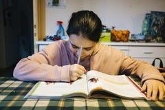 El adolescente realiza la preparación en la cocina casera Fotos de archivo