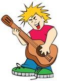 El adolescente ridículo que canta bajo una guitarra Imagen de archivo libre de regalías