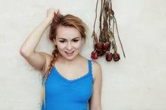 El adolescente rubio de la mujer que la mostraba dañó el cabello seco Foto de archivo