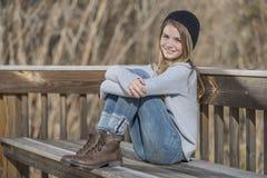 El adolescente rubio joven disfruta de un día hermoso Fotografía de archivo libre de regalías