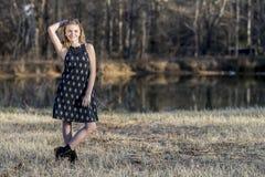 El adolescente rubio joven disfruta de un día hermoso Imagen de archivo libre de regalías