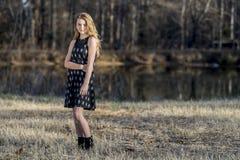 El adolescente rubio joven disfruta de un día hermoso Imagenes de archivo