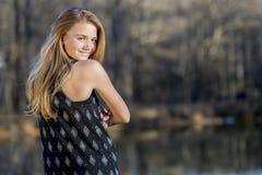 El adolescente rubio joven disfruta de un día hermoso Imagen de archivo