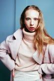 El adolescente rubio joven en el abrigo de pieles, moda vistió el modelo, st Imagen de archivo libre de regalías