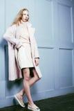 El adolescente rubio joven en el abrigo de pieles, moda vistió el modelo, st Fotos de archivo