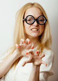 El adolescente rubio joven en vidrios grandes engaña alrededor, teniendo el estudiante de la diversión Imágenes de archivo libres de regalías