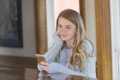 El adolescente rubio joven goza el escuchar la música Imágenes de archivo libres de regalías
