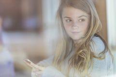 El adolescente rubio joven goza el escuchar la música Fotografía de archivo libre de regalías