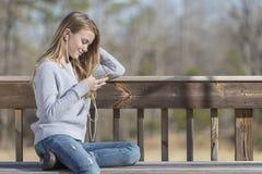 El adolescente rubio joven goza el escuchar la música Fotos de archivo
