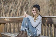 El adolescente rubio joven goza el escuchar la música Imagen de archivo