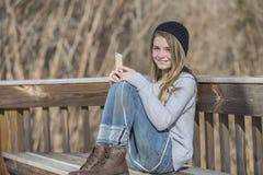 El adolescente rubio joven goza el escuchar la música Fotos de archivo libres de regalías