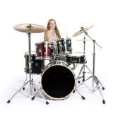 El adolescente rubio joven juega los tambores en estudio contra blanco Imagen de archivo libre de regalías