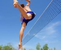El adolescente salta arriba para volear Fotos de archivo