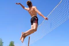 El adolescente salta para el golpe del voleo Foto de archivo