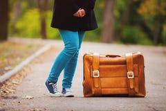El adolescente se alza con la maleta Imagen de archivo libre de regalías