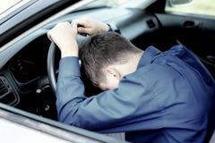 El adolescente se cae dormido en un coche Foto de archivo libre de regalías