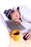 El adolescente se cayó dormido mientras que trabajaba en el ordenador Foto de archivo