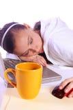 El adolescente se cayó dormido mientras que trabajaba en el ordenador Fotos de archivo