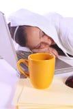 El adolescente se cayó dormido mientras que trabajaba en el ordenador Fotografía de archivo