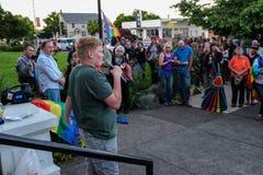 El adolescente se dirige a la muchedumbre en la vigilia de Oregon para las víctimas del tiroteo de Orlando Imagen de archivo libre de regalías