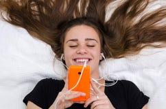El adolescente se divierte con el móvil Imágenes de archivo libres de regalías