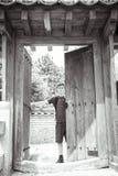 El adolescente se está colocando en una puerta japonesa Fotografía de archivo libre de regalías