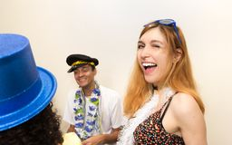 El adolescente se está divirtiendo con sus amigos en el partido de Carnaval f Fotos de archivo