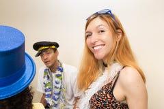 El adolescente se está divirtiendo con sus amigos en el partido de Carnaval W Imágenes de archivo libres de regalías