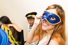 El adolescente se está divirtiendo con sus amigos en el partido de Carnaval W Foto de archivo libre de regalías