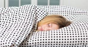 el adolescente se relaja en cama Foto de archivo libre de regalías