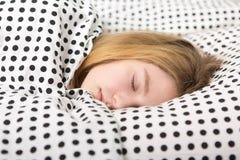 el adolescente se relaja en cama Fotografía de archivo