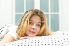 el adolescente se relaja en cama Imagenes de archivo