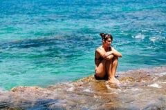 El adolescente se relaja en la bahía de la turquesa Imagenes de archivo