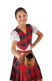 El adolescente se vistió con ropa de la tela escocesa y la taza rojas de cerveza Fotografía de archivo