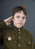 El adolescente se vistió en uniforme del soviet Foto de archivo libre de regalías
