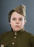 El adolescente se vistió en uniforme del soviet Imágenes de archivo libres de regalías