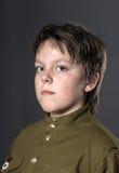 El adolescente se vistió en uniforme del soviet Imagen de archivo