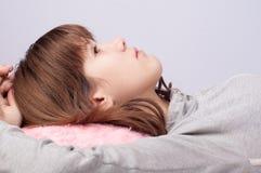 El adolescente serio lindo miente en la cama Fotos de archivo libres de regalías