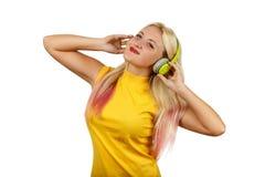 El adolescente sonriente de la muchacha disfruta de música con los auriculares Fotos de archivo libres de regalías