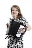 El adolescente sonriente se coloca en estudio con el acordeón Foto de archivo