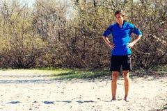 El adolescente sonriente se coloca en la orilla del río el día soleado Fotos de archivo